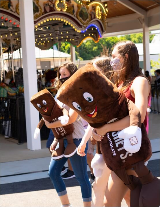 girls with large Hersheybar plushes at Hersheypark